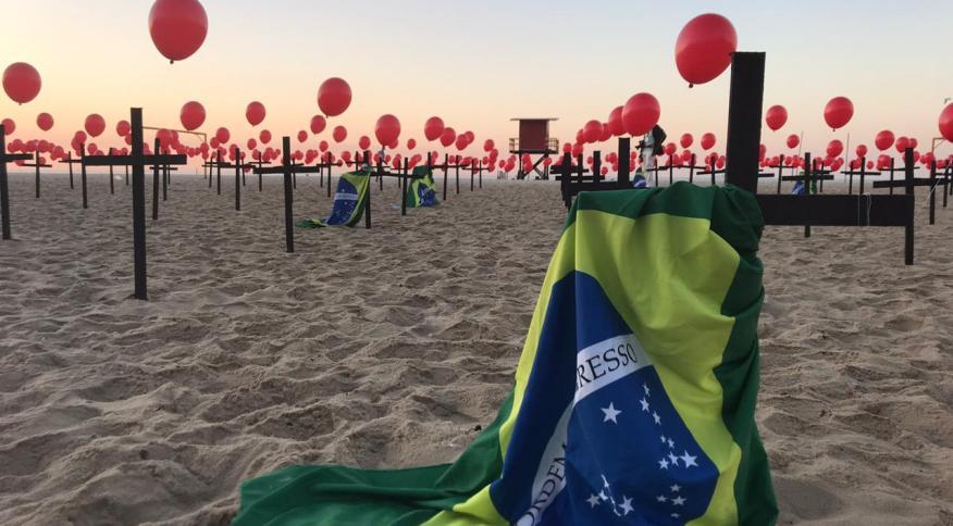 Homenagem na praia de Copacabana aos 100 mil mortos da Covid-19 no Brasil
