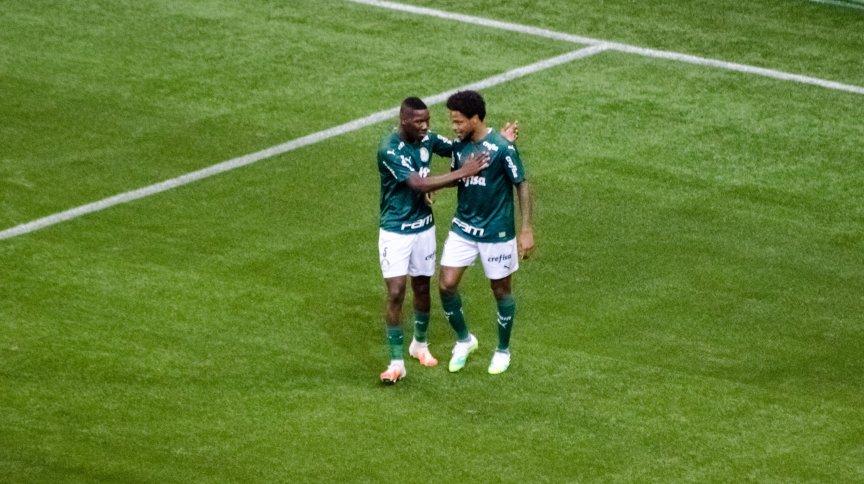 Luiz Adriano, do Palmeiras, comemora com Patrick de Paula após marcar seu gol sobre a equipe do Corinthians durante partida válida pela final do Campeonato Paulista.