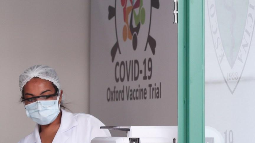 Funcionária da Unifesp em local onde potencial vacina contra Covid-19 de Oxford está sendo testada