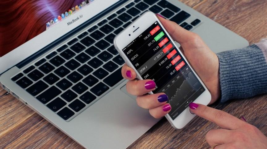 Investidora acompanha índices do mercado de ações em tempo real