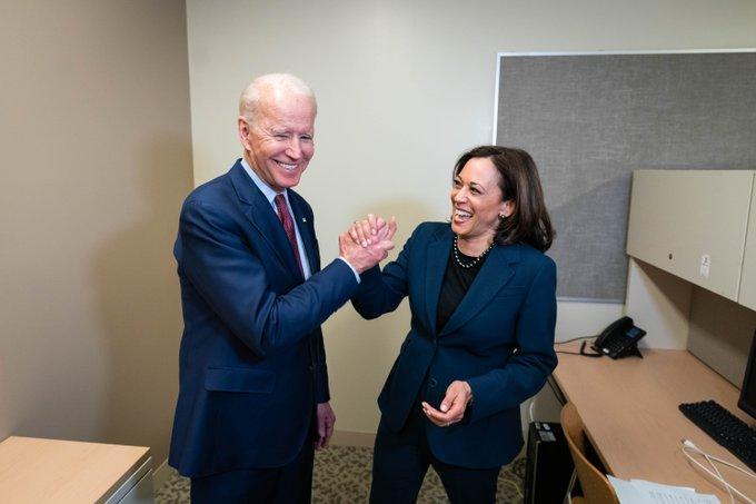 Joe Biden ao lado de sua companheira de chapa, a senadora Kamala Harris