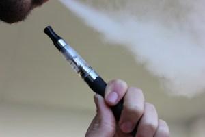 Usar cigarro eletrônico como método para deixar de fumar não funciona; entenda