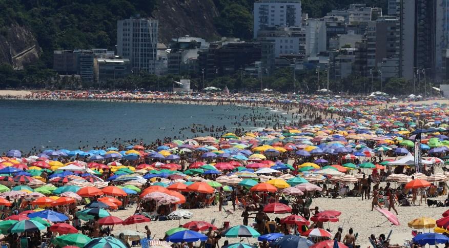 Banhistas aproveitam dia quente na praia de Ipanema (15.mar.2020)