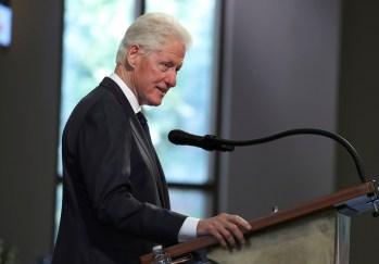 Equipe de Clinton afirmou que a internação não tem relação com a Covid-19; ex-presidente passa bem