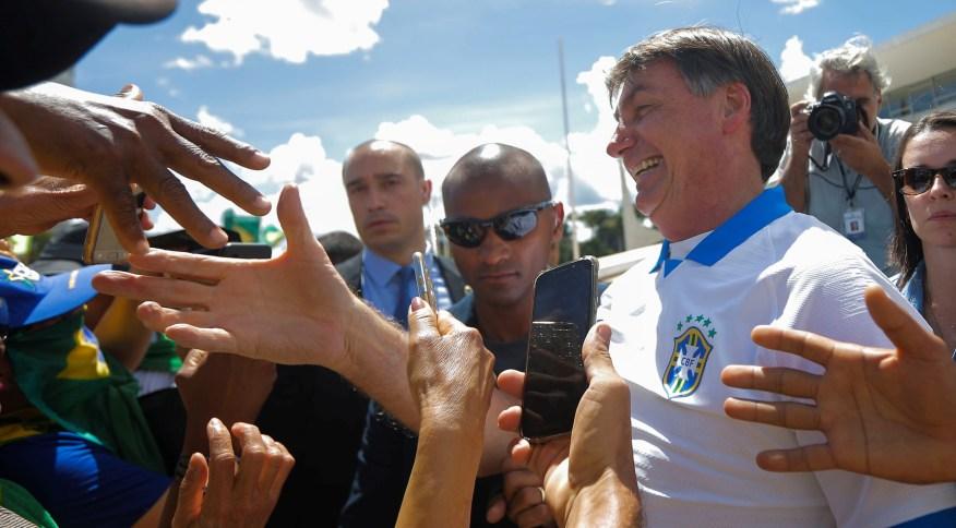 Bolsonaro cumprimenta apoiadores em ato pró-governo em Brasília