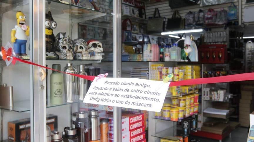 Loja limita entrada de clientes em meio à reabertura gradual do comércio e serviços por conta da pandemia de coronavírus