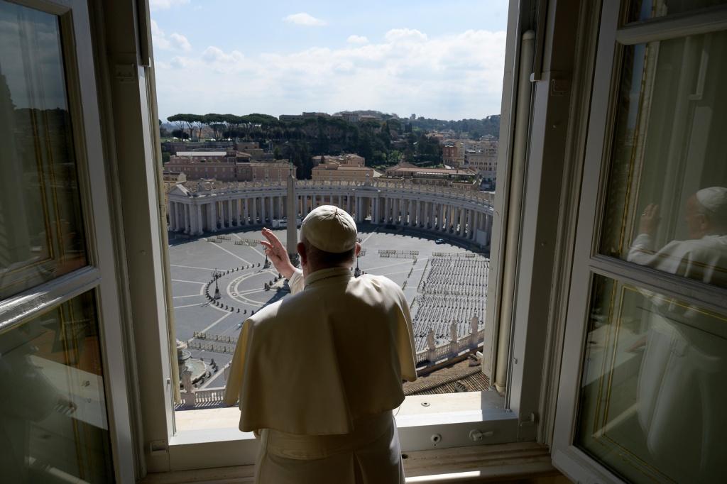 Papa Francisco abençoa Praça São Pedro vazia, no Vaticano (15.mar.2020)