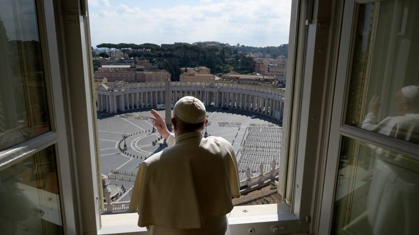 Papa Francisco abençoa Praça São Pedro vazia, no Vaticano