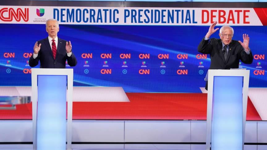 Os pré-candidatos democratas Joe Biden (à esq.) e Bernie Sanders (à dir.) em debate