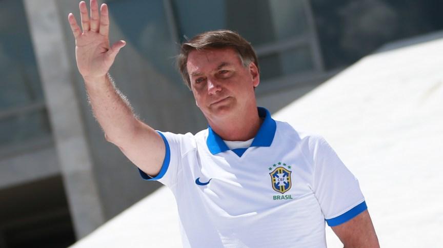 Presidente Jair Bolsonaro na área externa do Palácio do Planalto, em Brasília.