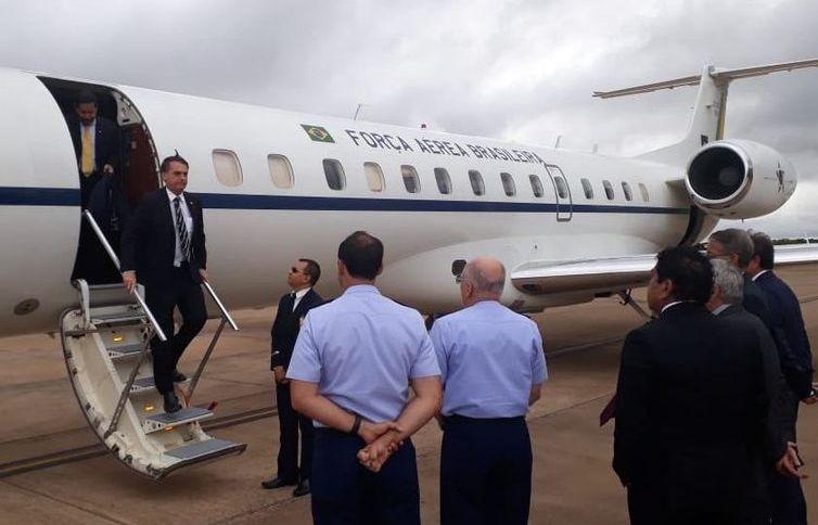 Presidente Jair Bolsonaro desembarca de avião da FAB