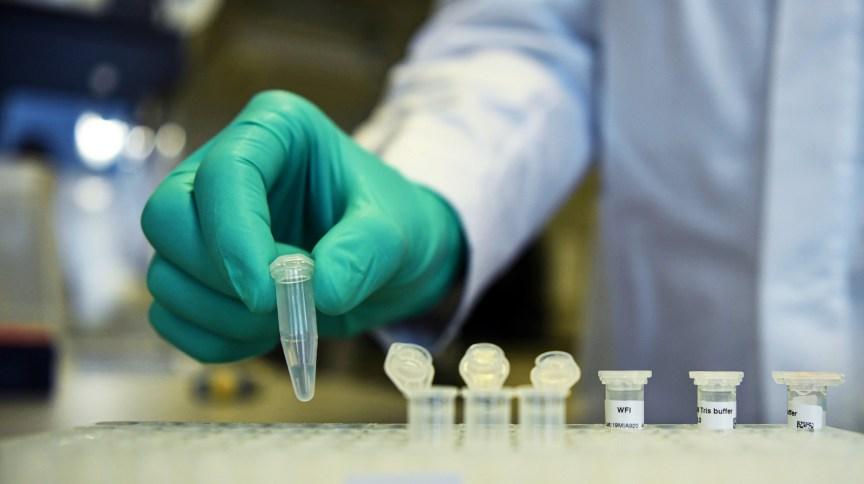 Funcionário trabalha em pesquisa de potencial vacina da Covid-19