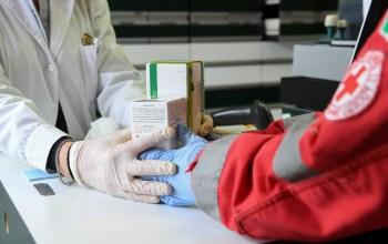 A Cruz Vermelha no Brasil disponibilizou para comunidades vulneráveis quase 5 mil litros de álcool gel e 218 mil equipamentos de proteção individual