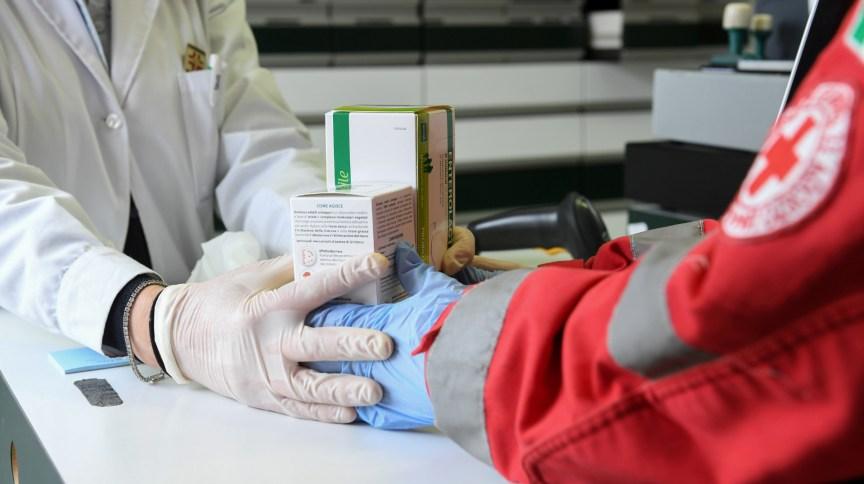 Voluntário da Cruz Vermelha compra medicamentos para as pessoas que não podem sair de casa em Castiglione della Pescaia, na Itália