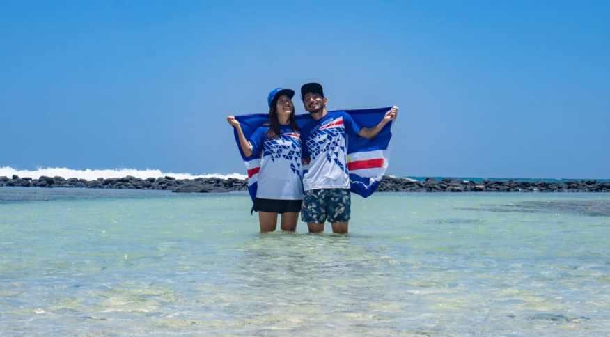 Rikiya e Ayumi Kataoka com o uniforme oficial olímpico de Cabo Verde como um presente do Comitê Olímpico Nacional