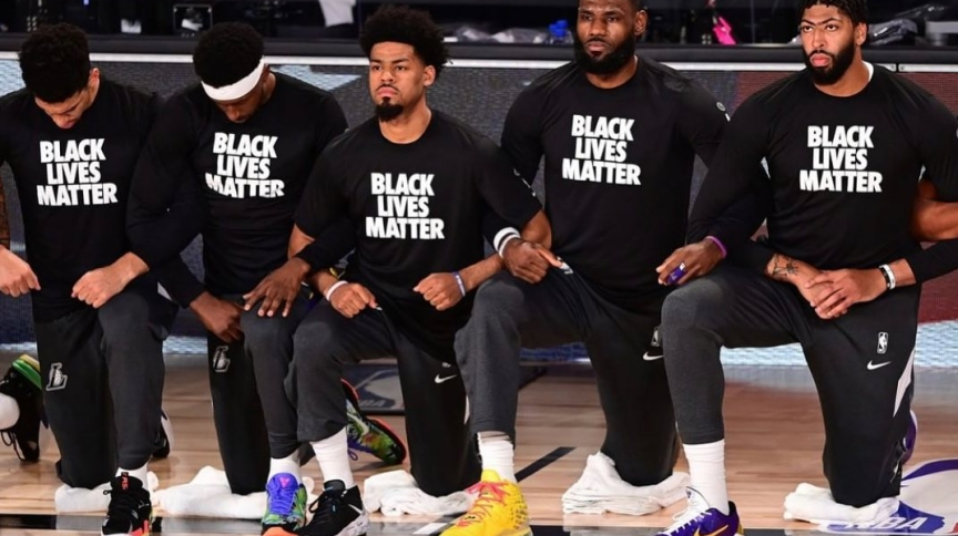 Ao lado de outros jogadores, LeBron James (2º à dir.) se ajoelha em protesto contra a violência racial nos EUA