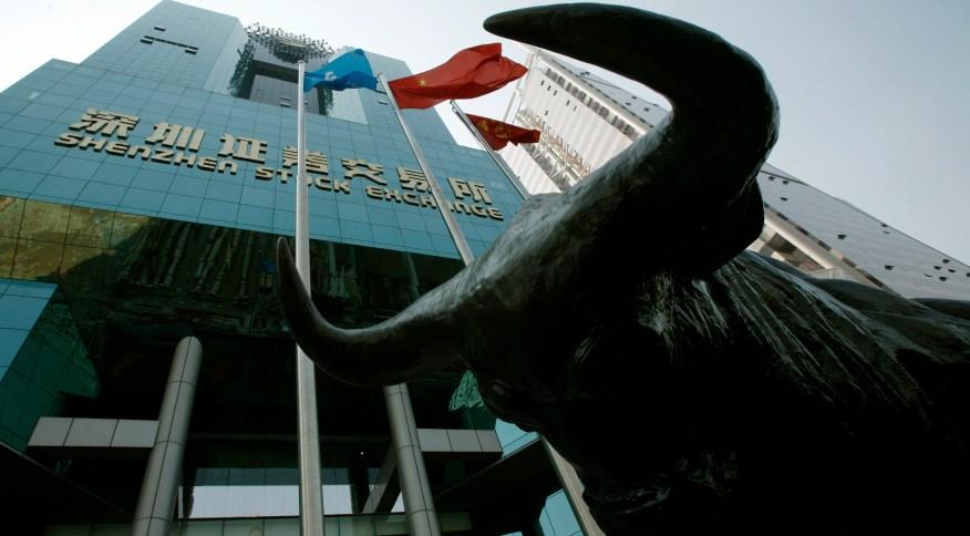 Touro em frente à bolsa de Shenzen: investimento privado deve retomar fortemente após a pandemia