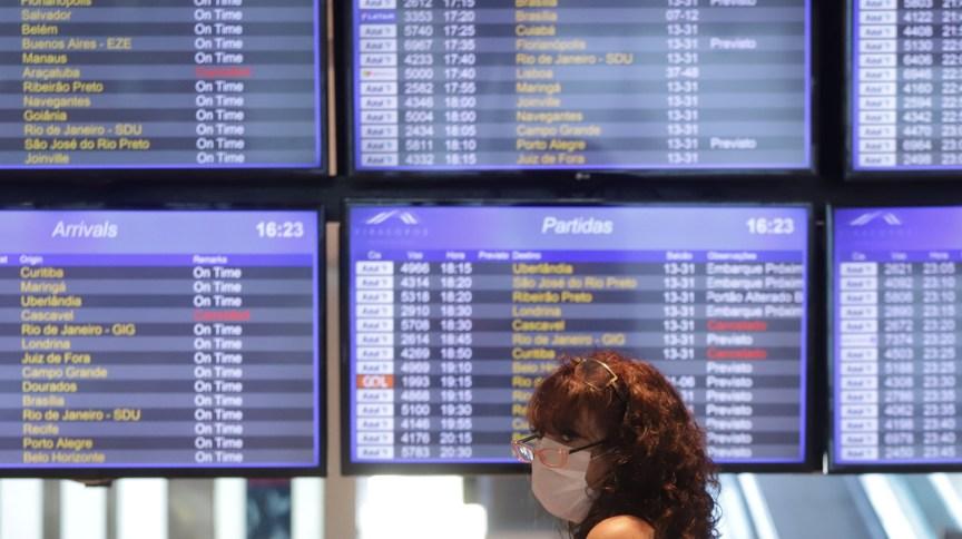 Mulher utiliza máscara em aeroporto (16.mar.2020)