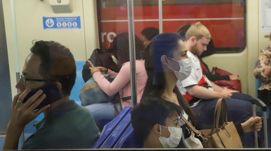 Pessoas usam máscara em metrô de São Paulo para tentar se proteger do novo coronavírus (06.mar.2020)