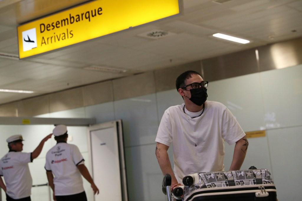 Passageiro desembarca no aeroporto internacional de Guarulhos
