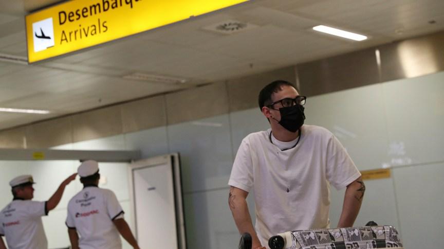 Passageiro desembarca no Aeroporto de Cumbica, em Guarulhos (SP), com máscara de proteção ao coronavírus