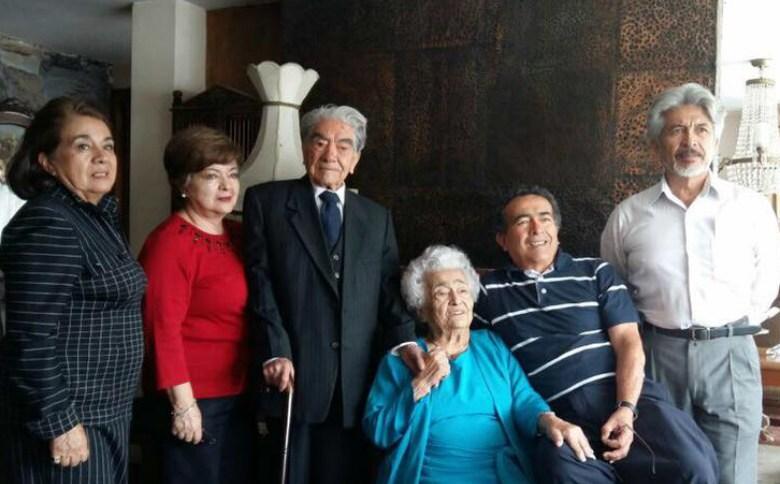 Ao centro, Julio Ceasar Mora e Waldramina Maclovia Quinteros, casados há 79 anos
