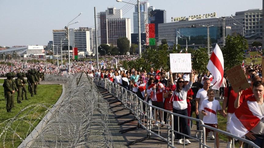 Manifestantes em Belarus questionam resultado da última eleição presidencial, que elegeu Alexander Lukashenko para o sexto mandato.