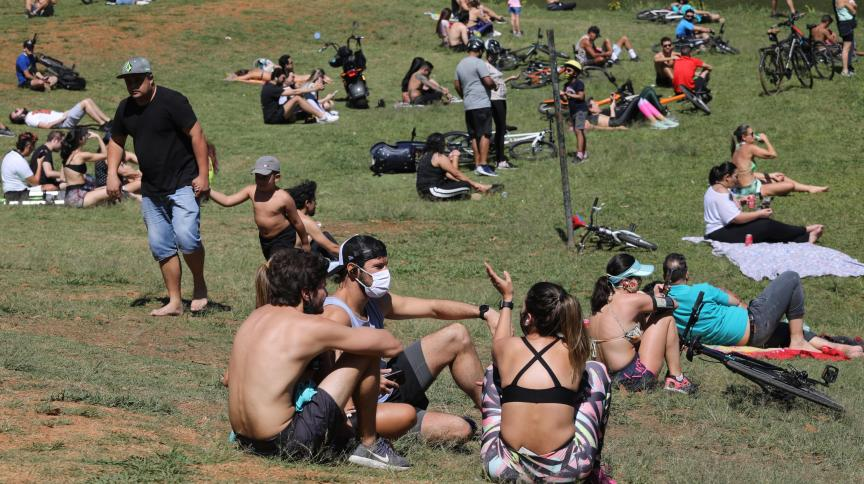 Pessoas se reúnem do lado de fora do Parque do Ibirapuera, em São Paulo, em meio à pandemia da Covid-19