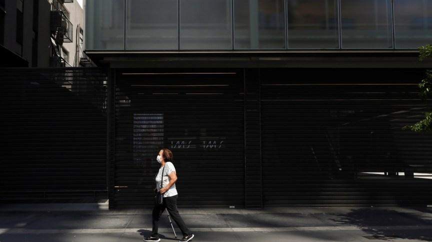 Contra o novo coronavírus, mulher usa máscara em São Paulo