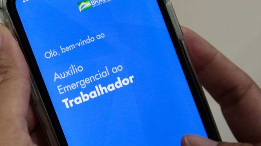Usuário entra no aplicativo para receber o auxílio emergencial