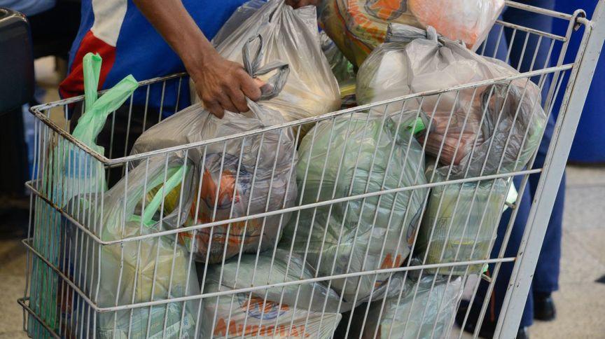 Cliente faz compras em supermercado