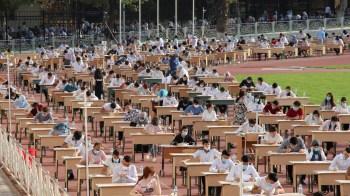 País da Ásia Central fará teste de três horas em mesas colocadas em pistas de corrida em estádios; início das aulas, de forma online, será no dia 14