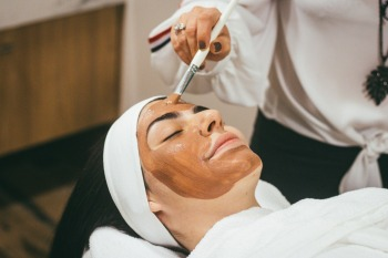 No 1ºtri, vendas de maquiagem caíram 19% em relação a 2019, enquanto máscaras faciais venderam 51% a mais