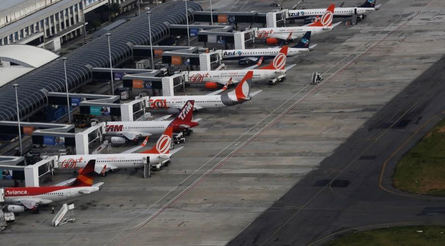 Aviões das companhias aéreas Gol, Latam e Azul estacionados no aeroporto Santos Dumont, no Rio de Janeiro (12.jan.2017)