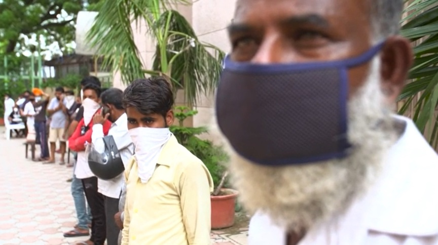 Indianos utilizam máscaras e lenços para proteção contra o coronavírus