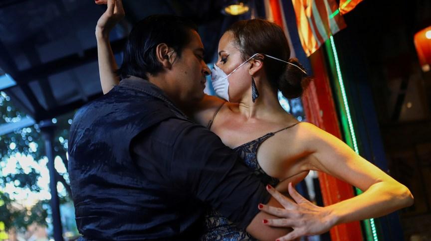 Argentinos dançam tango em meio à pandemia de coronavírus (16.mar.2020)