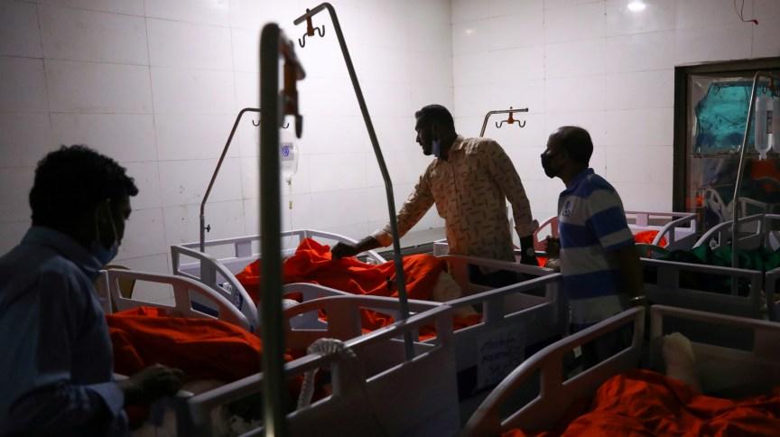 Parentes das vítimas da explosão em Bangladesh fazem identificação dos mortos em hospital de Bangladesh