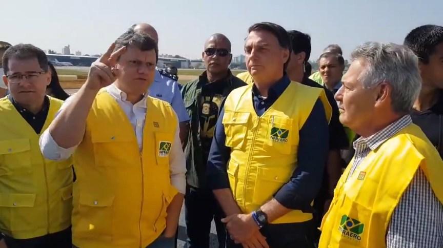 O presidente Jair Bolsonaro e o ministro da Infraestrutura, Tarcísio Gomes de Freitas, visitam aeroporto de Congonhas após reforma da pista principal