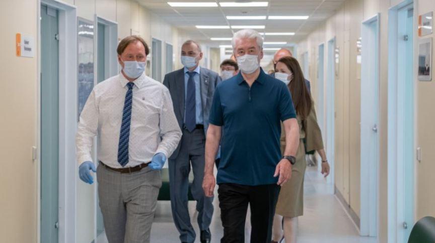 Prefeito de Moscou Sergei Sobyanin (em primeiro plano, de azul) visita hospital da cidade