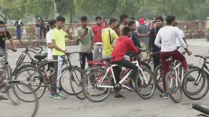 Pessoas aglomeradas na Índia