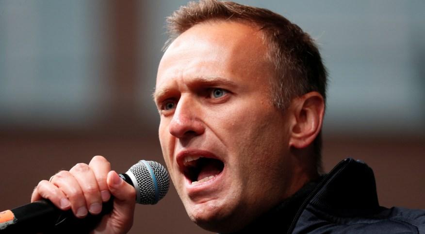 Recuperado, o opositor russo Alexei Navalny disse que voltará ao país no domingo (17)