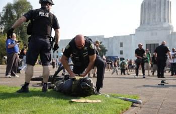 Incidente aconteceu na tarde dessa segunda-feira (7), em frente ao Capitólio Estadual do Oregon, em Salem