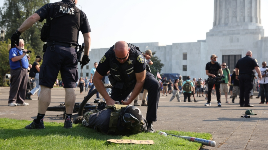 Policial prende manifestante pró-Trump após confronto com ativistas do Black Lives Matter em Salem