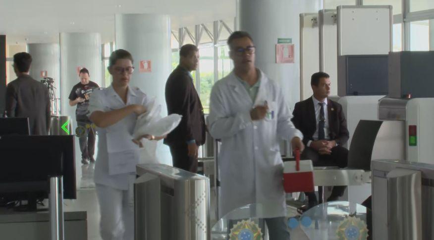 Enfermeiros chegam ao Palácio do Planalto para testes do novo coronavírus