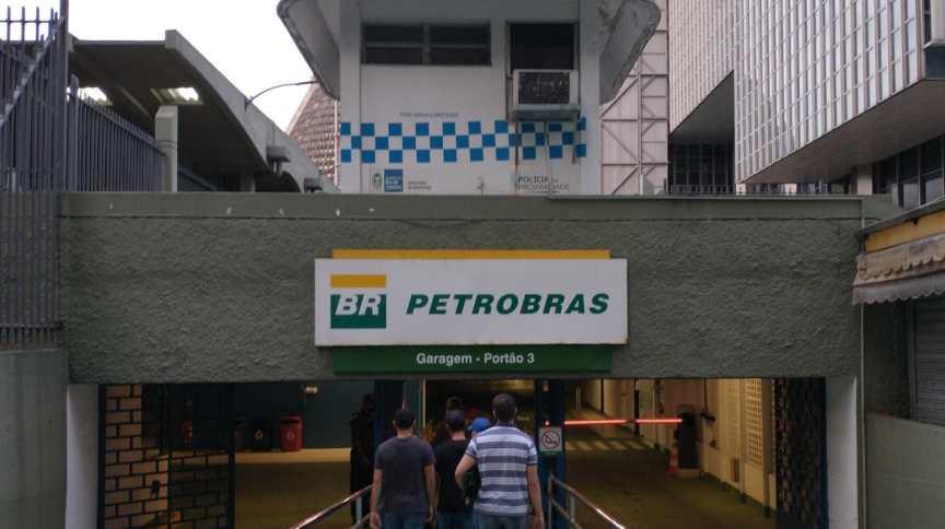 Agentes da PF cumprem mandados de busca e apreensão na sede da Petrobras
