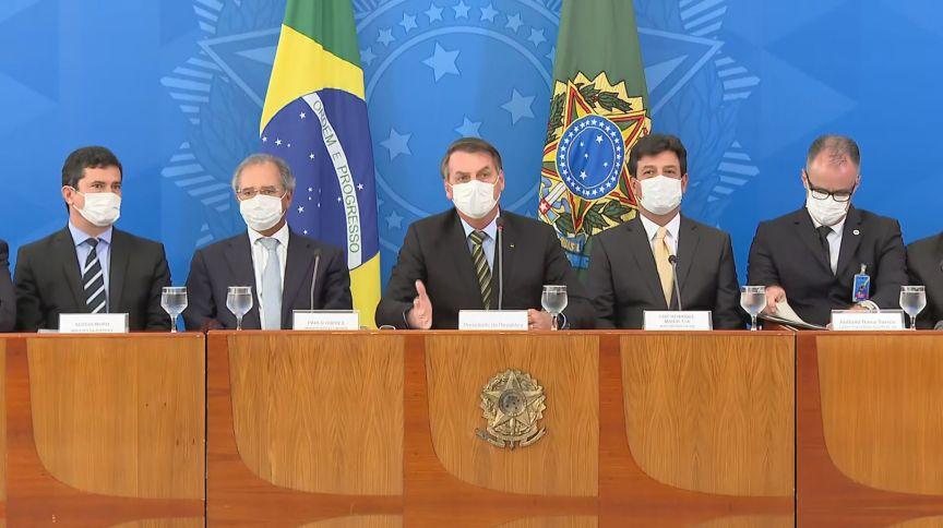 O presidente Jair Bolsonaro com os ministros Luiz Henrique Mandetta (Saúde), Paulo Guedes (Economia) e mais