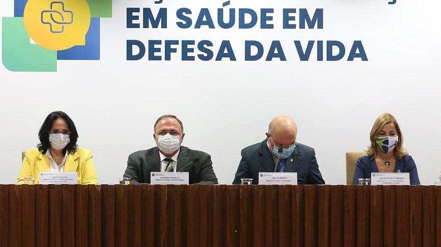 Os ministros Damares Alves (amarelo), Eduardo Pazuello (máscara branca) e Milton Ribeiro (máscara azul)