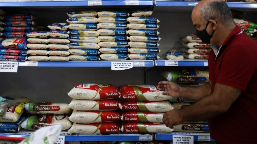 Consumidor analisa opções de arroz em supermercado no Rio de Janeiro