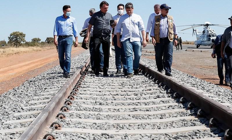 Jair Bolsonaro e autoridades caminham sobre a Ferrovia de Integração Oeste-Leste (FIOL), na Bahia