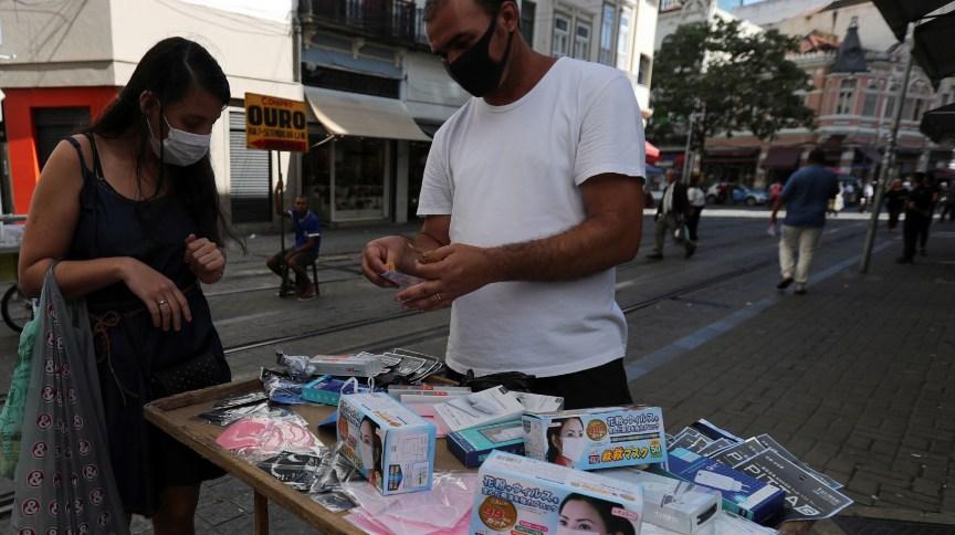 Ambulante vende máscaras no Rio em meio à pandemia do novo coronavírus